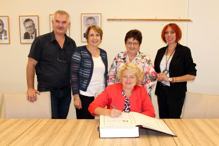 Staatssekretärin Ritag Hagl-Kehl trägt sich ins Goldene Buch der Gemeinde Krummennaab ein